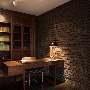 Idee per un ampio ufficio minimal con pareti marroni, pavimento in laminato, nessun camino, scrivania autoportante e pavimento marrone