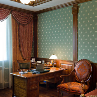 Modelo de despacho casetón, madera y boiserie, clásico, de tamaño medio, boiserie, con paredes verdes, suelo de madera en tonos medios, escritorio independiente, suelo marrón y boiserie