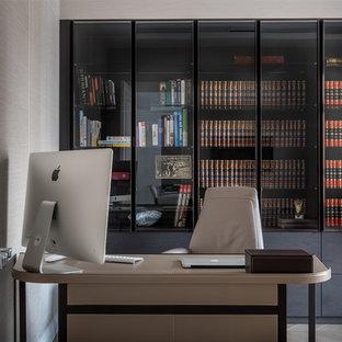 На фото: кабинет в современном стиле с бежевыми стенами, светлым паркетным полом, отдельно стоящим рабочим столом и бежевым полом