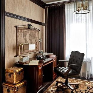 Mittelgroßes Klassisches Arbeitszimmer mit Arbeitsplatz, beiger Wandfarbe, dunklem Holzboden und freistehendem Schreibtisch in Moskau