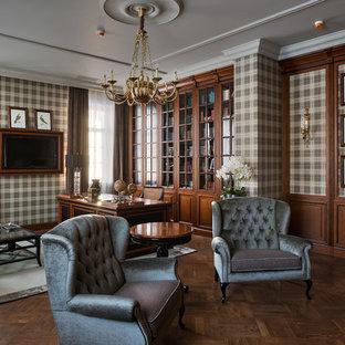 Свежая идея для дизайна: рабочее место в классическом стиле с разноцветными стенами, темным паркетным полом и отдельно стоящим рабочим столом - отличное фото интерьера