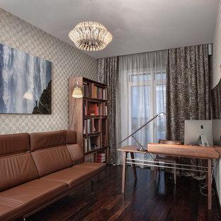 Создайте стильный интерьер: рабочее место в современном стиле с бежевыми стенами, темным паркетным полом, отдельно стоящим рабочим столом и коричневым полом - последний тренд
