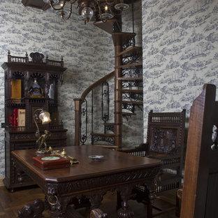 サンクトペテルブルクのヴィクトリアン調のおしゃれな書斎 (グレーの壁、無垢フローリング、自立型机) の写真