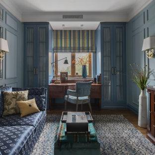 Неиссякаемый источник вдохновения для домашнего уюта: рабочее место среднего размера в стиле современная классика с синими стенами, паркетным полом среднего тона, отдельно стоящим рабочим столом и коричневым полом