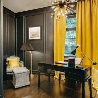 Стильный дизайн: рабочее место в стиле современная классика с черными стенами, темным паркетным полом, отдельно стоящим рабочим столом и коричневым полом без камина - последний тренд