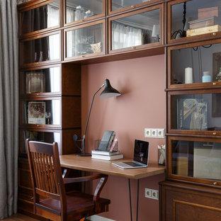 Источник вдохновения для домашнего уюта: рабочее место в стиле неоклассика (современная классика) с коричневыми стенами, темным паркетным полом, отдельно стоящим рабочим столом и коричневым полом без камина
