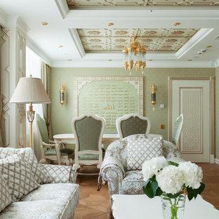 他の地域の中サイズのアジアンスタイルのおしゃれなクラフトルーム (緑の壁、無垢フローリング、自立型机、茶色い床) の写真