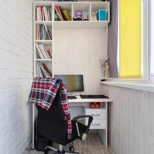 Exemple d'un bureau scandinave avec un mur blanc, un bureau indépendant et un sol beige.