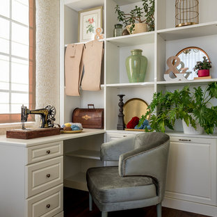 Неиссякаемый источник вдохновения для домашнего уюта: рабочее место в классическом стиле с бежевыми стенами, темным паркетным полом, встроенным рабочим столом и коричневым полом