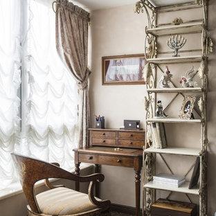 На фото: рабочее место в классическом стиле с бежевыми стенами, отдельно стоящим рабочим столом, коричневым полом и кирпичным полом с