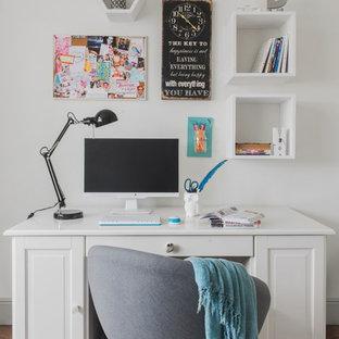 Неиссякаемый источник вдохновения для домашнего уюта: рабочее место в скандинавском стиле с белыми стенами, паркетным полом среднего тона, отдельно стоящим рабочим столом и коричневым полом