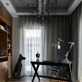 Неиссякаемый источник вдохновения для домашнего уюта: кабинет в современном стиле с рабочим местом, белыми стенами, паркетным полом среднего тона, отдельно стоящим рабочим столом и коричневым полом