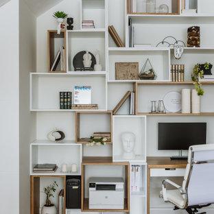 Свежая идея для дизайна: рабочее место в скандинавском стиле с белыми стенами, паркетным полом среднего тона, встроенным рабочим столом и коричневым полом - отличное фото интерьера