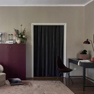 Неиссякаемый источник вдохновения для домашнего уюта: кабинет в стиле современная классика с серыми стенами и темным паркетным полом