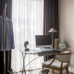 Неиссякаемый источник вдохновения для домашнего уюта: большой кабинет в классическом стиле с серыми стенами, паркетным полом среднего тона и коричневым полом