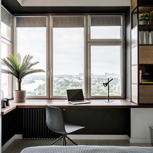 На фото: кабинет в скандинавском стиле с белыми стенами, встроенным рабочим столом и бежевым полом без камина с