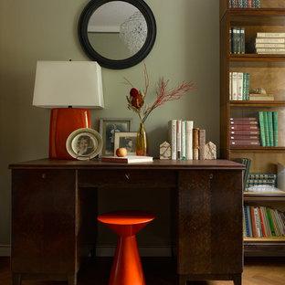 Retro Arbeitszimmer mit grüner Wandfarbe, braunem Holzboden, freistehendem Schreibtisch und braunem Boden in Moskau