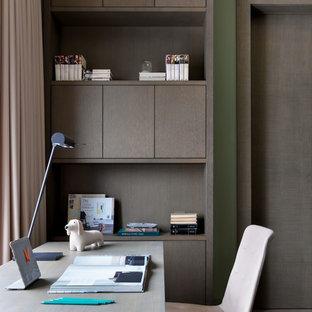 モスクワの小さいコンテンポラリースタイルのおしゃれな書斎 (緑の壁、無垢フローリング、自立型机、茶色い床) の写真