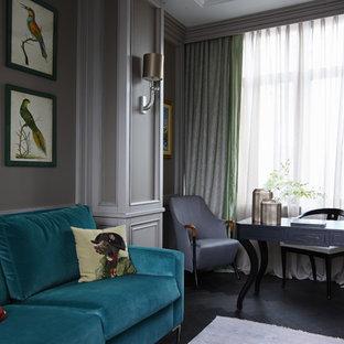 Idee per un ufficio classico con pareti grigie, pavimento in legno verniciato e scrivania autoportante