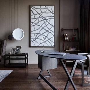 Пример оригинального дизайна: рабочее место в современном стиле с коричневыми стенами, темным паркетным полом, отдельно стоящим рабочим столом и коричневым полом