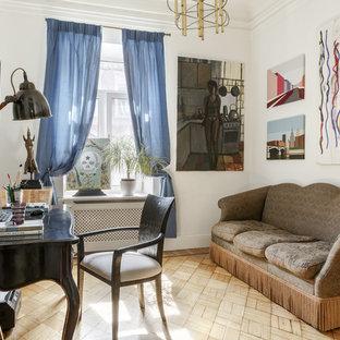 Пример оригинального дизайна: рабочее место в стиле фьюжн с белыми стенами, отдельно стоящим рабочим столом и бежевым полом