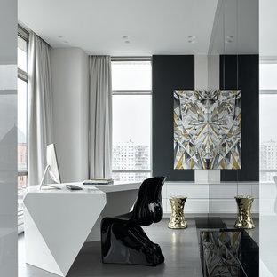 Идея дизайна: рабочее место в современном стиле с белыми стенами, светлым паркетным полом, отдельно стоящим рабочим столом и серым полом