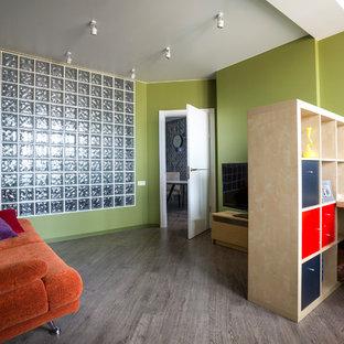 Выдающиеся фото от архитекторов и дизайнеров интерьера: рабочее место в современном стиле с зелеными стенами и паркетным полом среднего тона