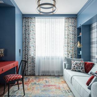 На фото: рабочее место среднего размера в стиле современная классика с синими стенами, паркетным полом среднего тона, отдельно стоящим рабочим столом и коричневым полом