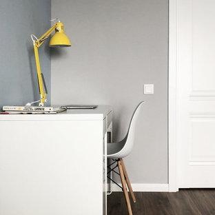 Inspiration pour un bureau nordique de taille moyenne avec un mur gris, sol en stratifié, aucune cheminée, un bureau indépendant et un sol marron.