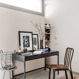 На фото: рабочее место в современном стиле с бежевыми стенами, светлым паркетным полом, отдельно стоящим рабочим столом и серым полом с