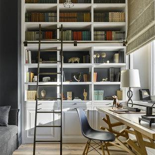 Неиссякаемый источник вдохновения для домашнего уюта: рабочее место в стиле современная классика с светлым паркетным полом, отдельно стоящим рабочим столом и бежевым полом
