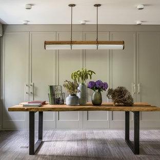 Новый формат декора квартиры: большой кабинет в стиле современная классика с паркетным полом среднего тона, отдельно стоящим рабочим столом и серым полом