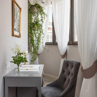 Неиссякаемый источник вдохновения для домашнего уюта: маленькое рабочее место в классическом стиле с серыми стенами и отдельно стоящим рабочим столом