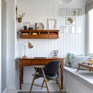 Идея дизайна: рабочее место в скандинавском стиле с белыми стенами, отдельно стоящим рабочим столом и серым полом