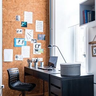 Идея дизайна: кабинет среднего размера в современном стиле с белыми стенами, паркетным полом среднего тона, отдельно стоящим рабочим столом и коричневым полом