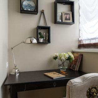 Создайте стильный интерьер: маленький рабочее место в классическом стиле с бежевыми стенами и отдельно стоящим рабочим столом - последний тренд