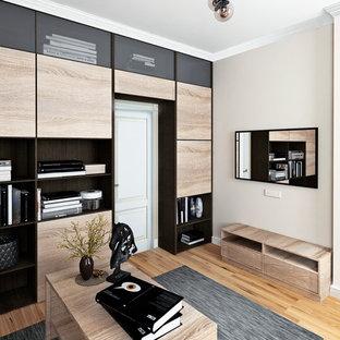 Неиссякаемый источник вдохновения для домашнего уюта: кабинет среднего размера в современном стиле с местом для рукоделия, бежевыми стенами, отдельно стоящим рабочим столом и желтым полом