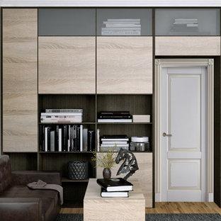 Inredning av ett modernt mellanstort hobbyrum, med beige väggar, mellanmörkt trägolv, ett fristående skrivbord och gult golv