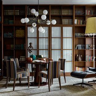 На фото: кабинет в современном стиле с библиотекой, светлым паркетным полом и бежевым полом с