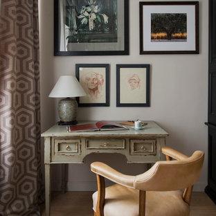 モスクワの中くらいのエクレクティックスタイルのおしゃれな書斎 (グレーの壁、淡色無垢フローリング、自立型机、ベージュの床) の写真