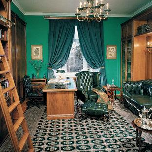 Пример оригинального дизайна интерьера: кабинет в классическом стиле с библиотекой, зелеными стенами и отдельно стоящим рабочим столом без камина