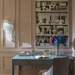 Пример оригинального дизайна: кабинет среднего размера в стиле фьюжн с бежевыми стенами, паркетным полом среднего тона, отдельно стоящим рабочим столом и коричневым полом