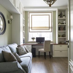 モスクワのトランジショナルスタイルのおしゃれなホームオフィス・仕事部屋 (緑の壁、無垢フローリング、造り付け机) の写真