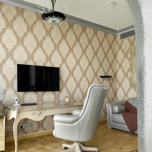 Пример оригинального дизайна: кабинет в стиле современная классика с бежевыми стенами, светлым паркетным полом, отдельно стоящим рабочим столом и бежевым полом
