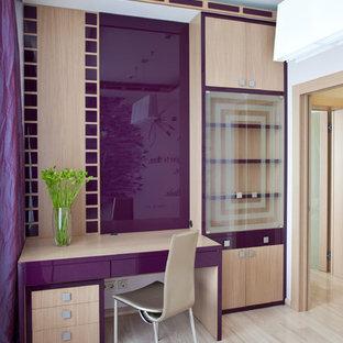 Idées déco pour un bureau contemporain avec un sol en bois clair et un bureau indépendant.