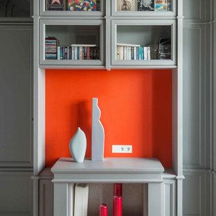 モスクワの中くらいのトランジショナルスタイルのおしゃれな書斎 (グレーの壁、淡色無垢フローリング、標準型暖炉、木材の暖炉まわり、造り付け机、ベージュの床) の写真