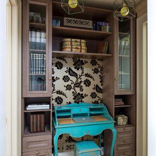 Eklektisches Arbeitszimmer mit Arbeitsplatz, braunem Holzboden und freistehendem Schreibtisch in Moskau