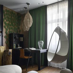 Стильный дизайн: большой кабинет в современном стиле с коричневыми стенами, темным паркетным полом, отдельно стоящим рабочим столом и коричневым полом - последний тренд