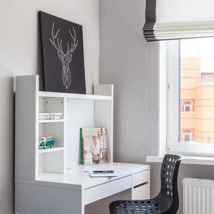 На фото: маленький кабинет в скандинавском стиле с белыми стенами, полом из ламината, бежевым полом и отдельно стоящим рабочим столом