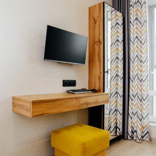 他の地域の小さいコンテンポラリースタイルのおしゃれな書斎 (グレーの壁、ラミネートの床、造り付け机、グレーの床、壁紙) の写真